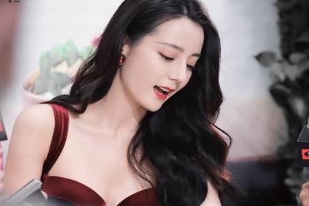 迪丽热巴好身材无可挑剔 一袭酒红色礼服尽显御姐女神范