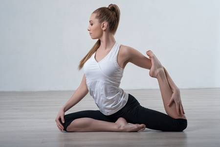做瑜伽前怎么热身,练习6个简单高效的热身动作