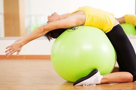 产后美胸一个瑜伽就搞定,这几个动作很简单