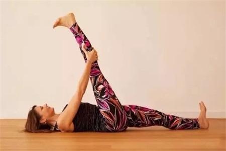 腰疼怎么办?女性练习这三组瑜伽动作可以缓解腰痛