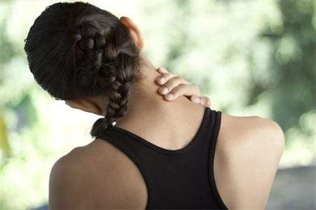 女性脖子酸痛怎么办?一组简单的瑜伽动作就能帮你消除疼痛
