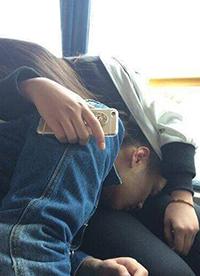 恶搞爆笑图片之闻着熟悉的气味才能睡着