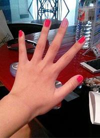中指指甲内涵图 就只有这个指甲掉色了