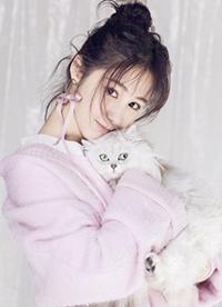 梁田时尚写真笑容吸睛 猫咪入境尽显亲和力