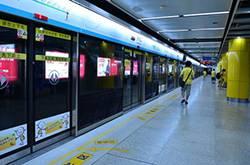 女子因长痤疮地铁里痛哭 地铁民警劝了3小时女子终于笑了