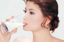 睡前喝牛奶会胖吗?睡前喝牛奶好处多