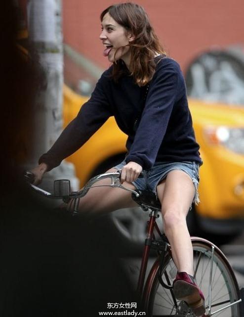欧美街头达人自行车出行演绎绿色环保